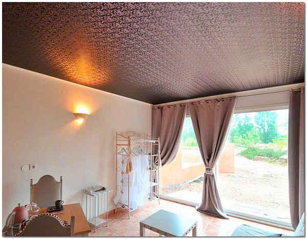 Натяжной тканевый потолок в зале