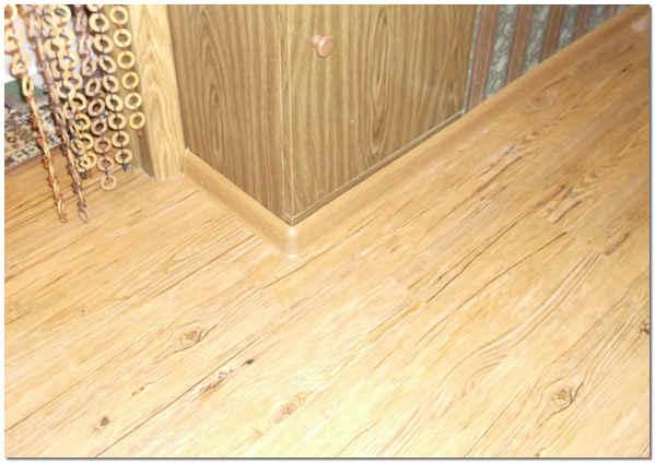 Кварцвиниловая плитка с самоклеющейся полосой GripStrip для пола в коридоре
