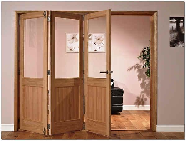 Складные межкомнатные двери в гостиной загородного дома