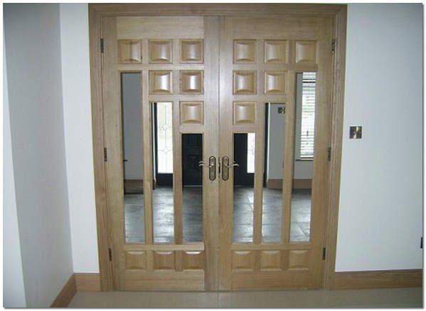 Двустворчатая межкомнатная дверь из массива дуба с вставкой из стекла