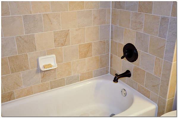 Красивый стык между краями ванной и стеной
