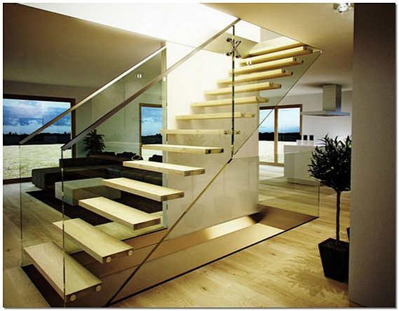 Комбинированная лестница из стекла и дерева на второй этаж