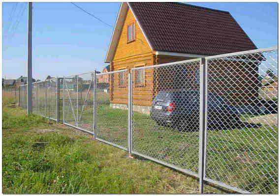 Секционный забор из сетки рабицы на даче